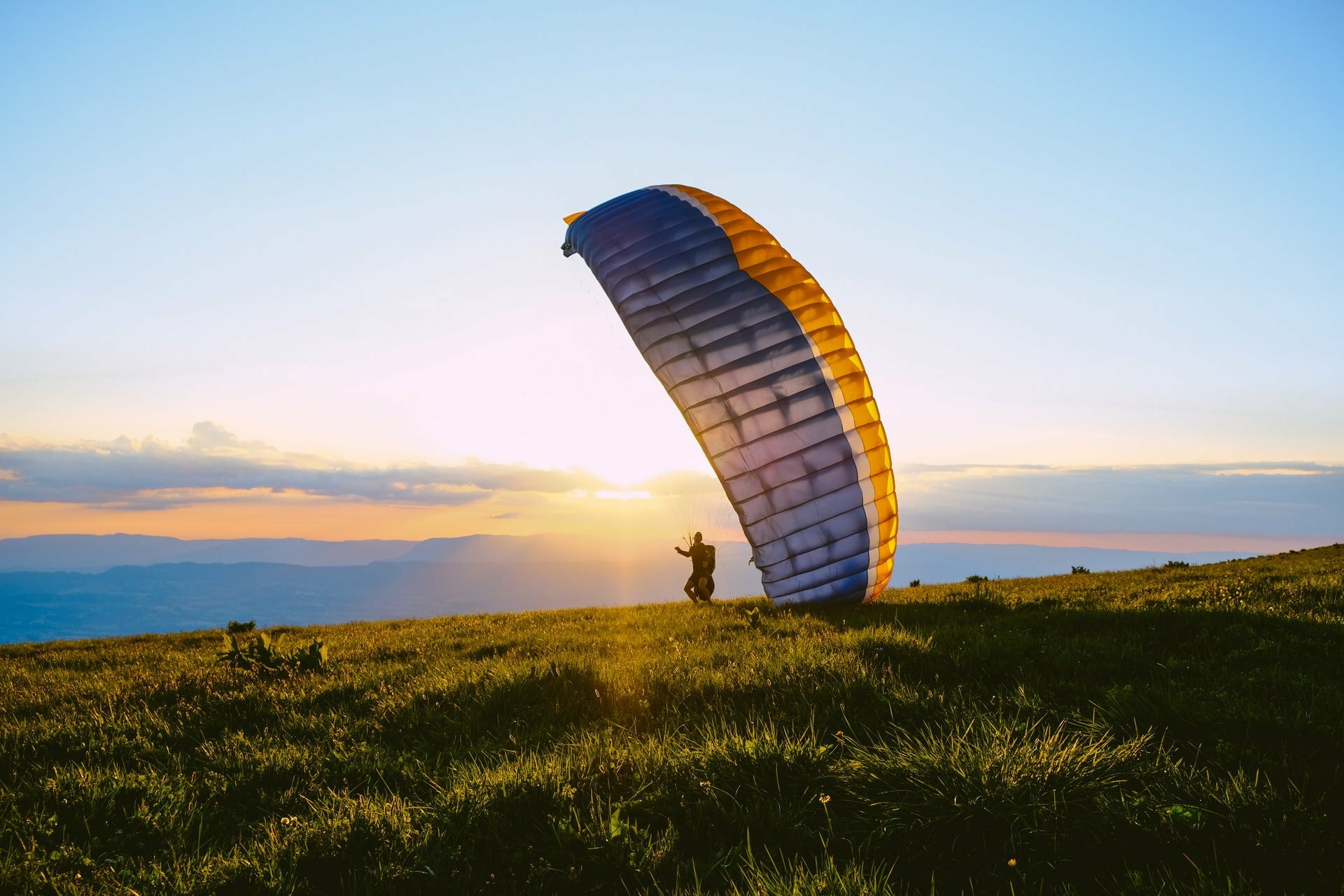 How do you learn to fly paragliding?